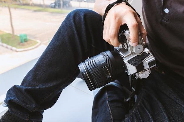 Photographe professionnel concentré et continue sa passion pour la photographie Photo Premium