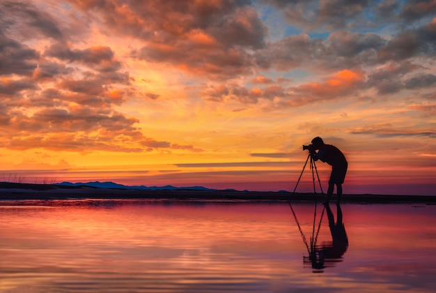 Photographe Silhouette Prendre Une Photo Magnifique Paysage Marin Au Coucher Du Soleil En Thaïlande. Photo Premium