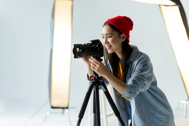 Photographe Smiley à Plan Moyen Photo gratuit