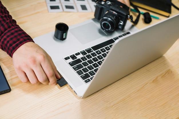 Photographe utilisant un ordinateur portable Photo gratuit