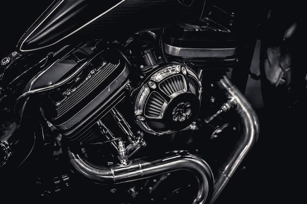 Photographie d'art de pipes de moteur de moteur de moto dans le ton vintage noir et blanc Photo Premium