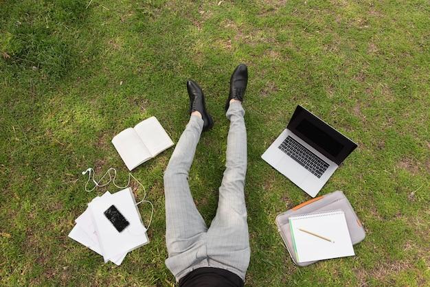 Photographie artistique d'un étudiant avec ordinateur portable et notes Photo gratuit
