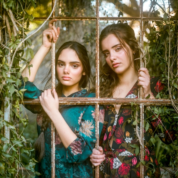 Photographie artistique de femmes derrière les barreaux Photo gratuit