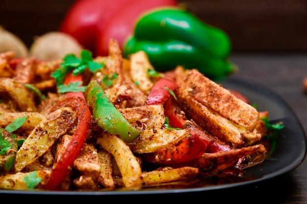 Photographie culinaire de frites épicées Photo Premium