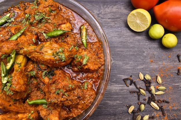 Photographie de nourriture de poulet au curry Photo Premium