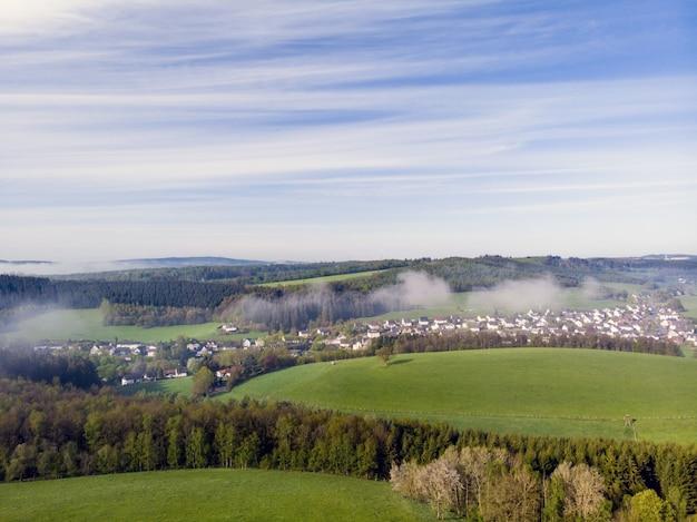 Photographie par drone de beaux champs verts de la campagne par une journée ensoleillée Photo gratuit