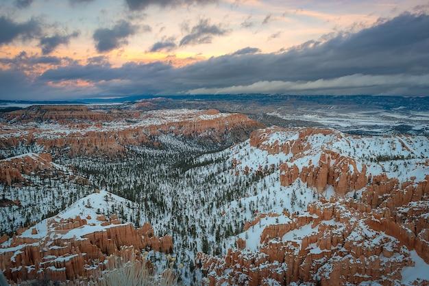 Photographie de paysage magnifique du parc national de bryce canyon en hiver Photo Premium