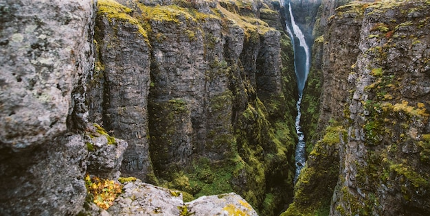 Photos panoramiques des célèbres cascades islandaises par temps nuageux avec des formations géologiques. Photo Premium