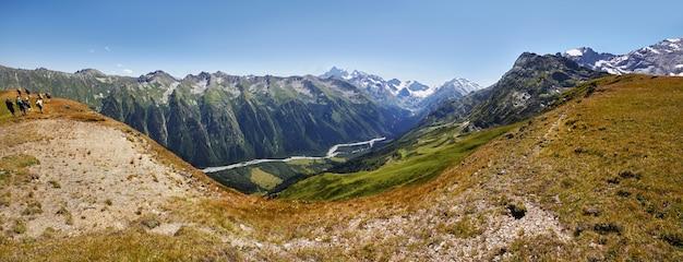 Photos panoramiques montagnes de la vallée du caucase arkhyz, russie Photo Premium
