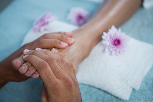 Physiothérapeute Donnant Un Massage Des Pieds à Une Femme Photo Premium