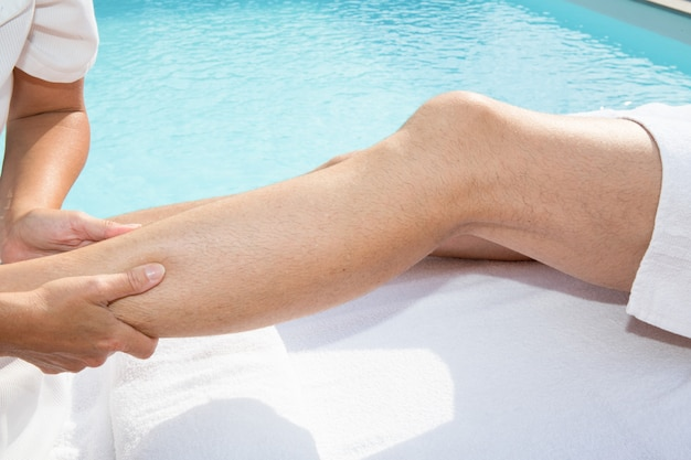 Physiothérapeute Faisant Un Massage Sur Les Jambes Photo Premium