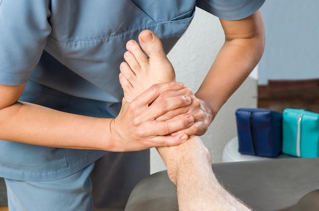 Physiothérapeute faisant un massage des pieds Photo Premium