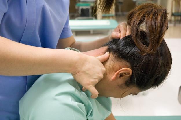 Les physiothérapeutes font pression sur la douleur des patientes Photo Premium