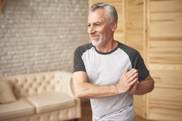 Physiothérapie à la suite d'une blessure à un homme âgé, sportif. Photo Premium