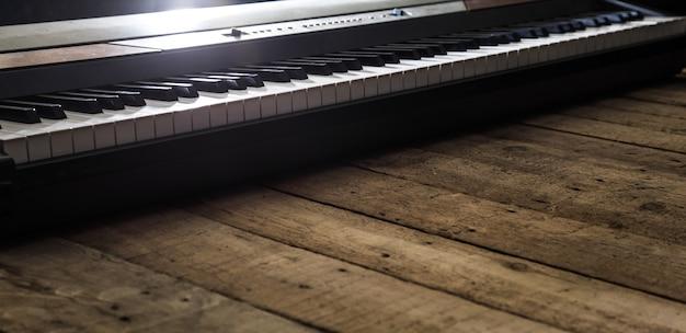 Piano Sur Fond De Bois Gros Plan, Instruments De Musique Concept Photo gratuit