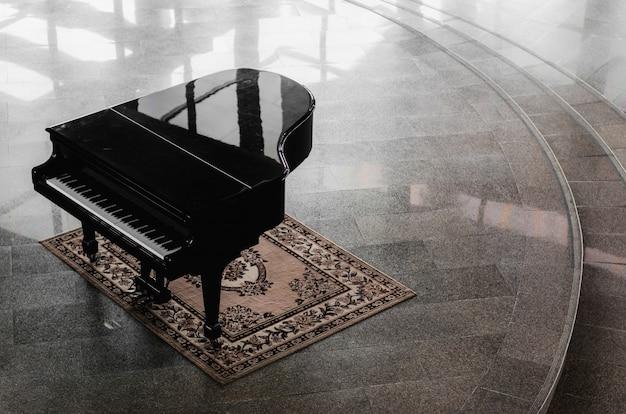Piano à queue dans le hall Photo Premium