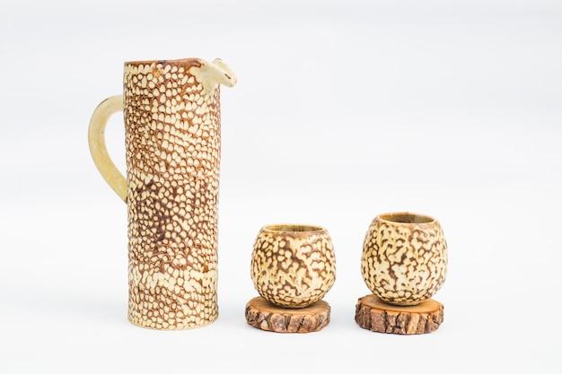 Pichet et deux verres en grès cérame avec fond blanc Photo Premium