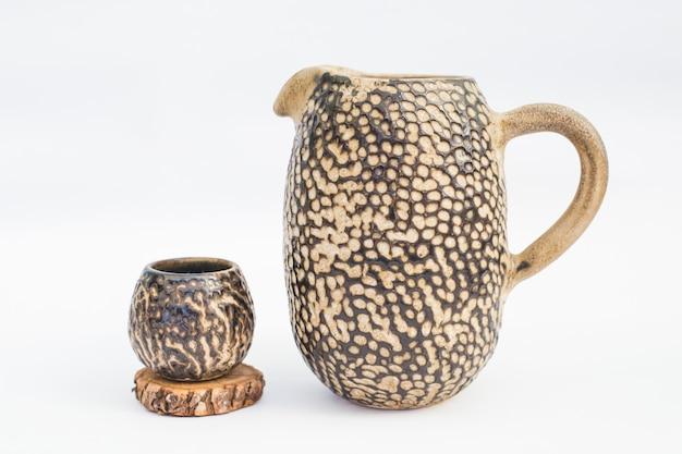 Pichet et gobelet en grès céramique avec fond blanc Photo Premium