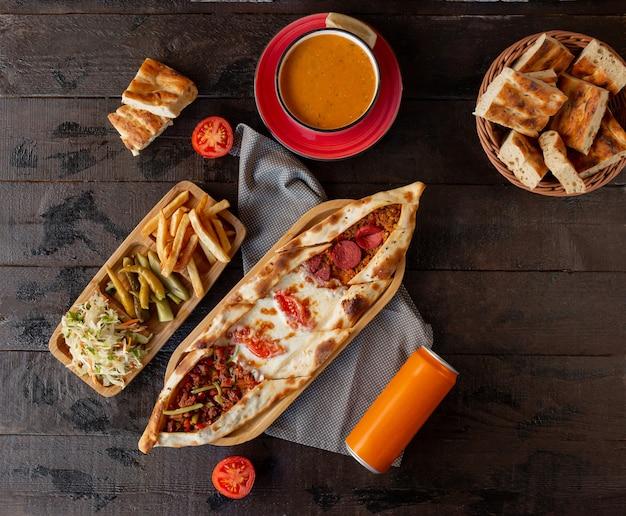 Pide Mixte Avec Pepperoni, Fromage, Viande Hachée Servie Avec Cornichons Et Soupe à La Tomate Photo gratuit