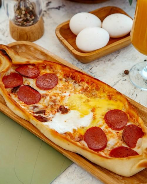 Pide De Petit Déjeuner Avec Pepperoni, Fromage Et Oeufs Photo gratuit
