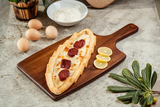 Pide Turc Avec Fromage Et Salami Photo gratuit