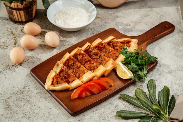 Pide Turc Servi Avec Tomates, Persil Et Citron Photo gratuit