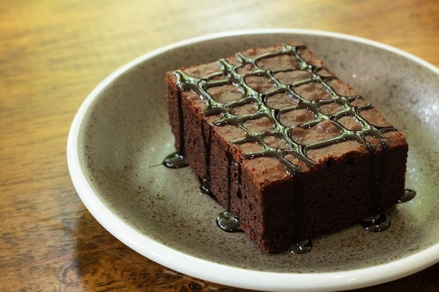 Pièce de brownie au chocolat en plat Photo Premium
