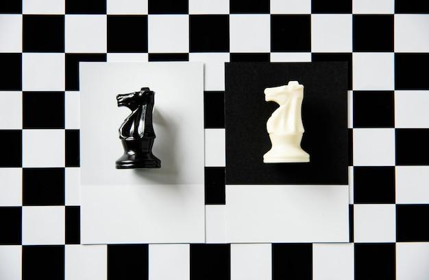 Pièce d'échecs de chevalier sur un motif Photo gratuit