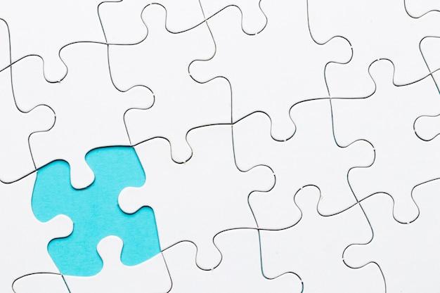 Pièce manquante du puzzle sur fond de puzzle blanc Photo gratuit