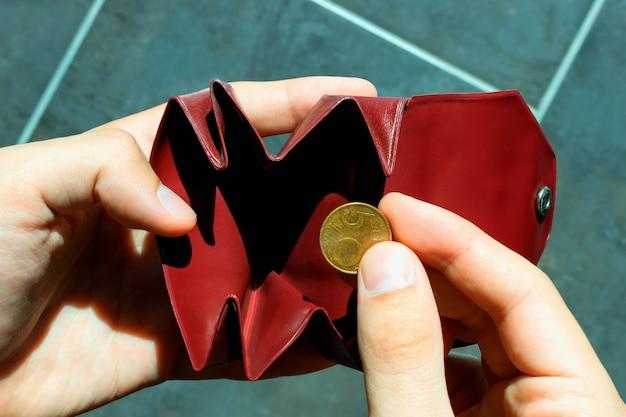 Une pièce de monnaie dans la petite bourse Photo Premium
