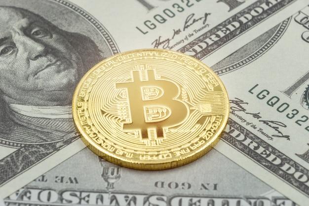 Pièce de monnaie en or bitcoin en dollars américains. concept d'entreprise de crypto-monnaie Photo Premium