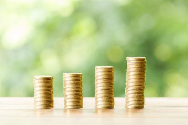 Pièce de monnaie sur une table en bois sur la nature floue Photo gratuit