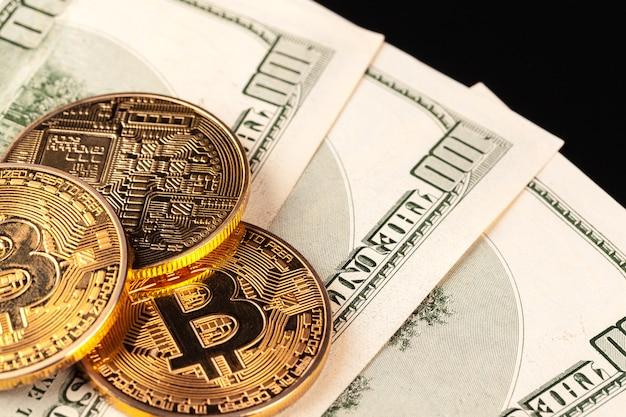Pièce d'or bitcoin et dollars américains Photo Premium