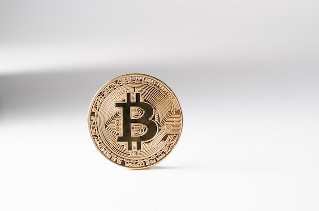 Pièce d'or bitcoin physique sur fond blanc. nouvelle crypto-monnaie mondiale. Photo Premium