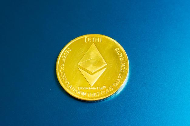 Pièce d'or ethereum avec le symbole ethereum sur un clavier d'ordinateur portable à côté de la touche entrée Photo Premium