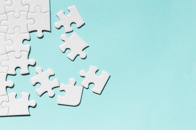 Pièce De Puzzle Blanc Sur Fond Bleu Photo Premium
