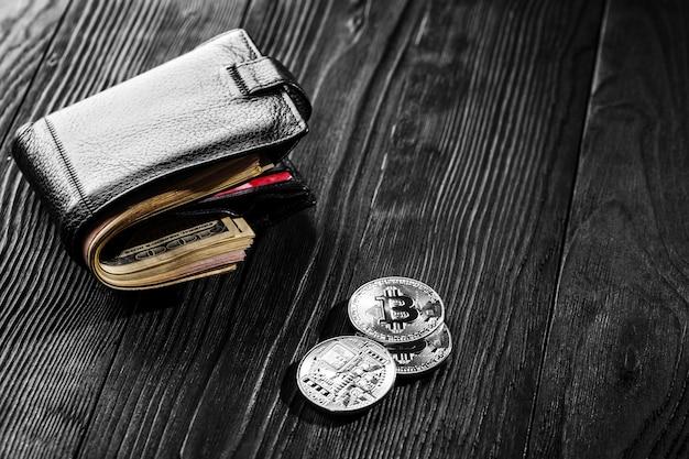 Pièces d'argent et d'or avec bitcoin, ondulation et symbole ethereum sur bois Photo Premium