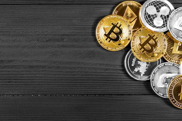 Pièces d'argent et d'or avec bitcoin, ondulation et symbole ethereum sur bois. Photo Premium