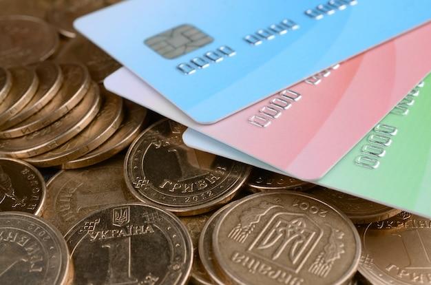 Pièces d'argent ukrainiennes et cartes de crédit colorées se bouchent Photo Premium