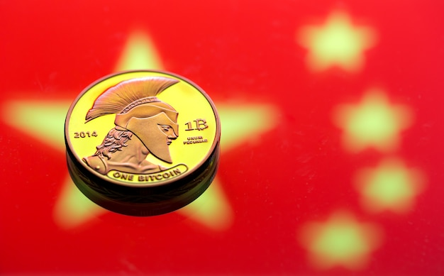 Pièces Bitcoin, Dans Le Contexte Du Drapeau Chinois Photo gratuit