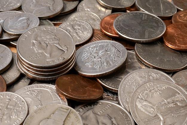 Pièces de centimes américains de différentes dénominations. contexte financier Photo Premium