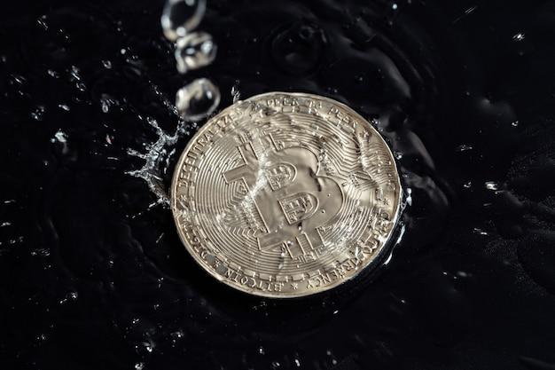 Pièces De Crypto-monnaie Sur Fond Sombre. Photo Macro. La Pluie Tombe Sur Les Pièces. Photo Premium