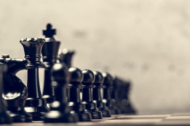 Pièces d'échecs sur le plateau flou avec mise au point sélective Photo Premium