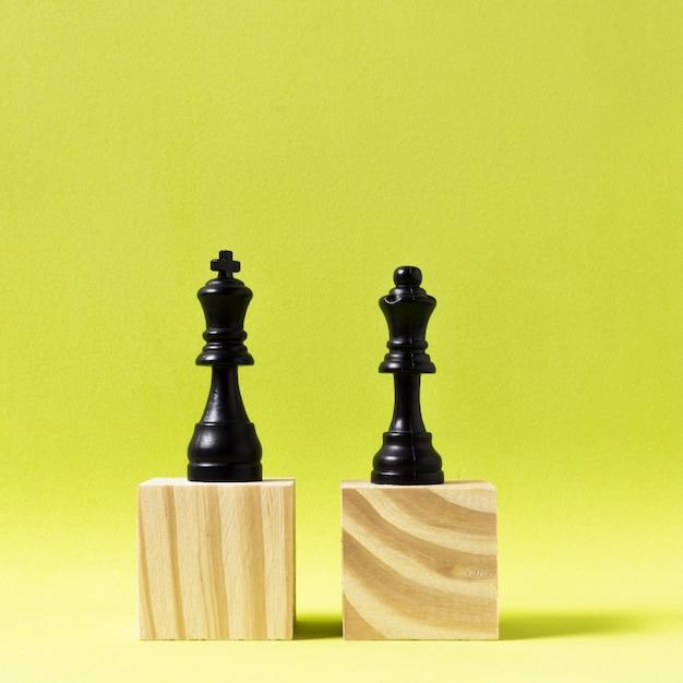 Pièces D'échecs Roi Et Reine Sur Des Cubes En Bois Photo gratuit