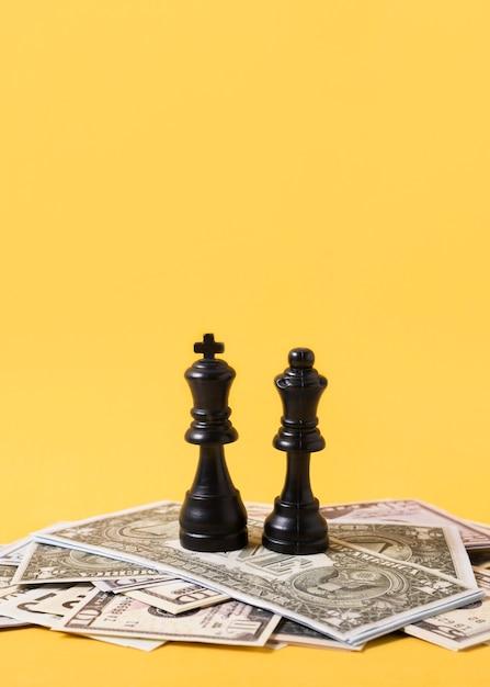 Pièces D'échecs Roi Et Reine Debout Sur Un Tas D'argent Photo gratuit
