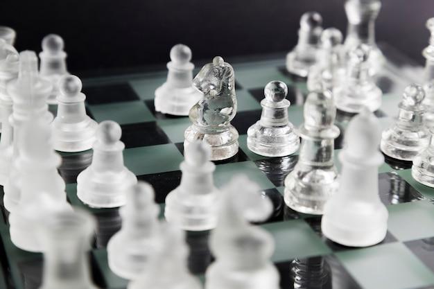 Pièces D'échecs Transparentes à Bord Photo gratuit