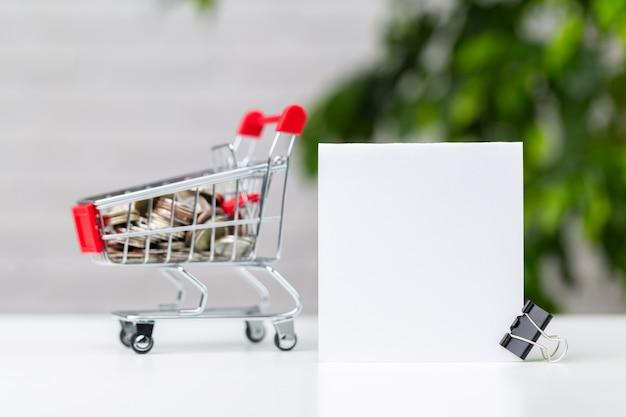 Pièces de monnaie dans un panier. économisez de l'argent pour être riche à l'avenir. Photo Premium