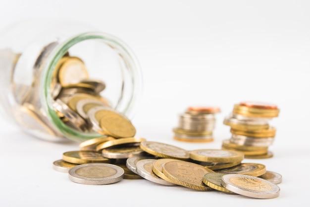 Pièces de monnaie éparpillées dans un pot Photo gratuit