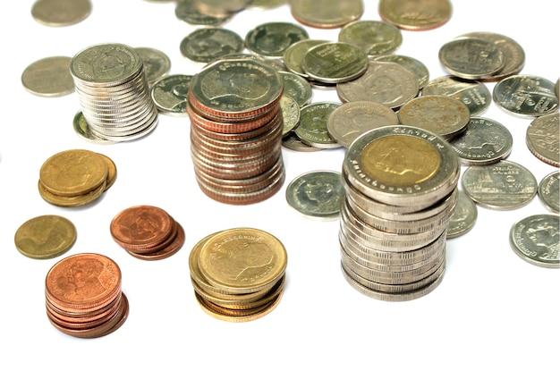 Pièces de monnaie thaïlandaises sur isolé Photo Premium
