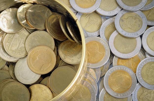 Pièces d'or et d'argent un baht en vue de dessus Photo Premium